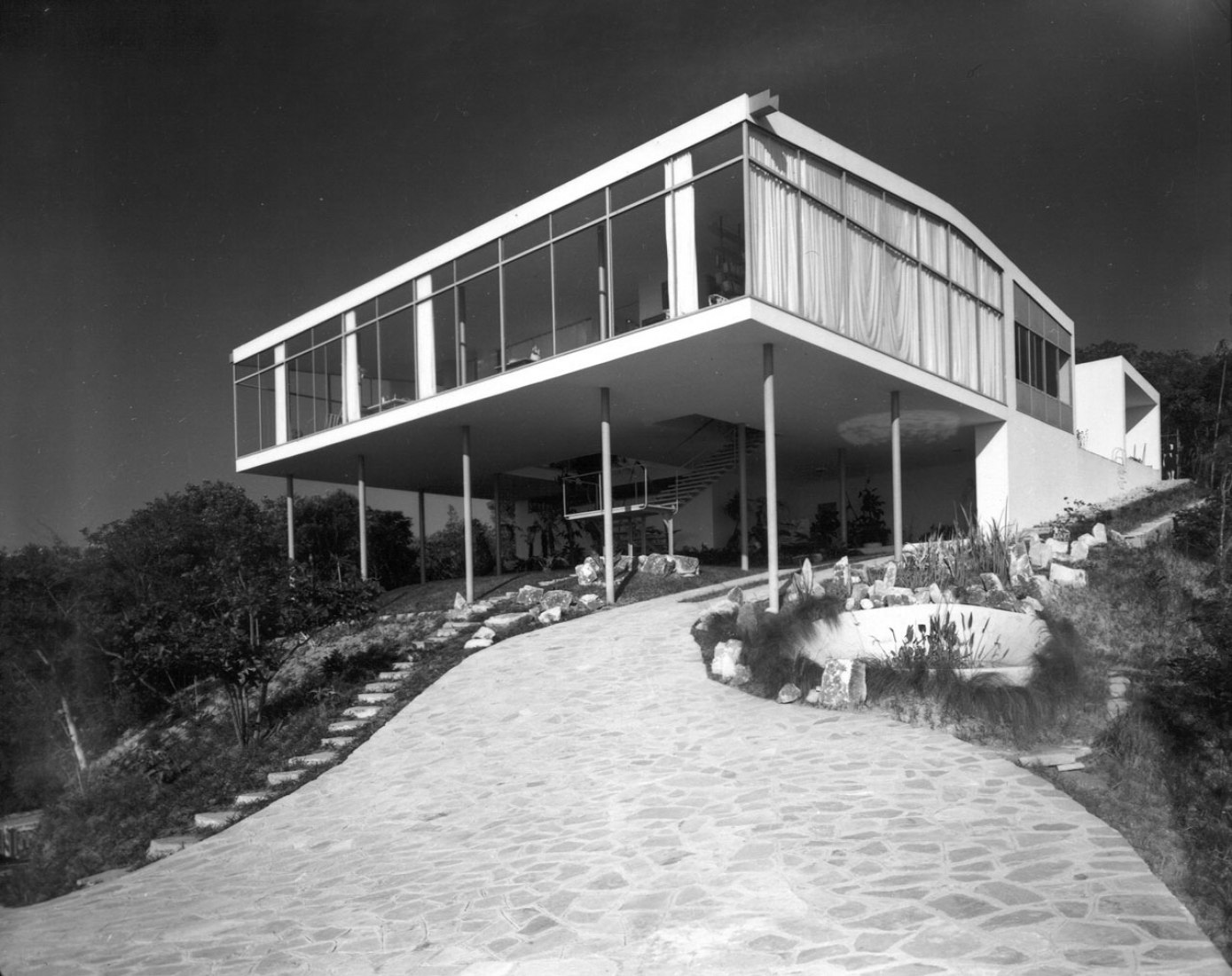 Overview. House of Glass by Lina Bo Bardi, São Paulo 1949-1951. Outside view after its ending . Photograph © Arquivo ILBPMB, Photo: Peter Schleier, 1951.