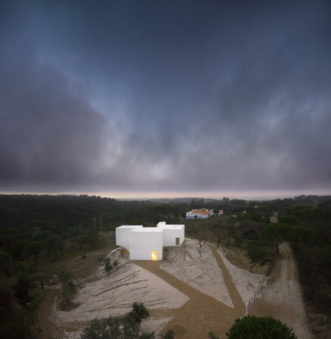 Exterior view. White on the hill: House in Fontinha by Manuel Aires Mateus and SIA Arquitectura. Photography © Fernando Guerra.
