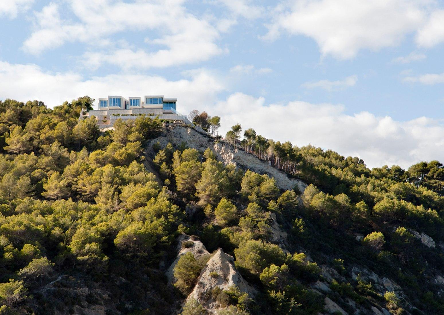 Surrounding view. Sardinera House by Ramón Esteve Estudio. Photograph © Mariela Apollonio.
