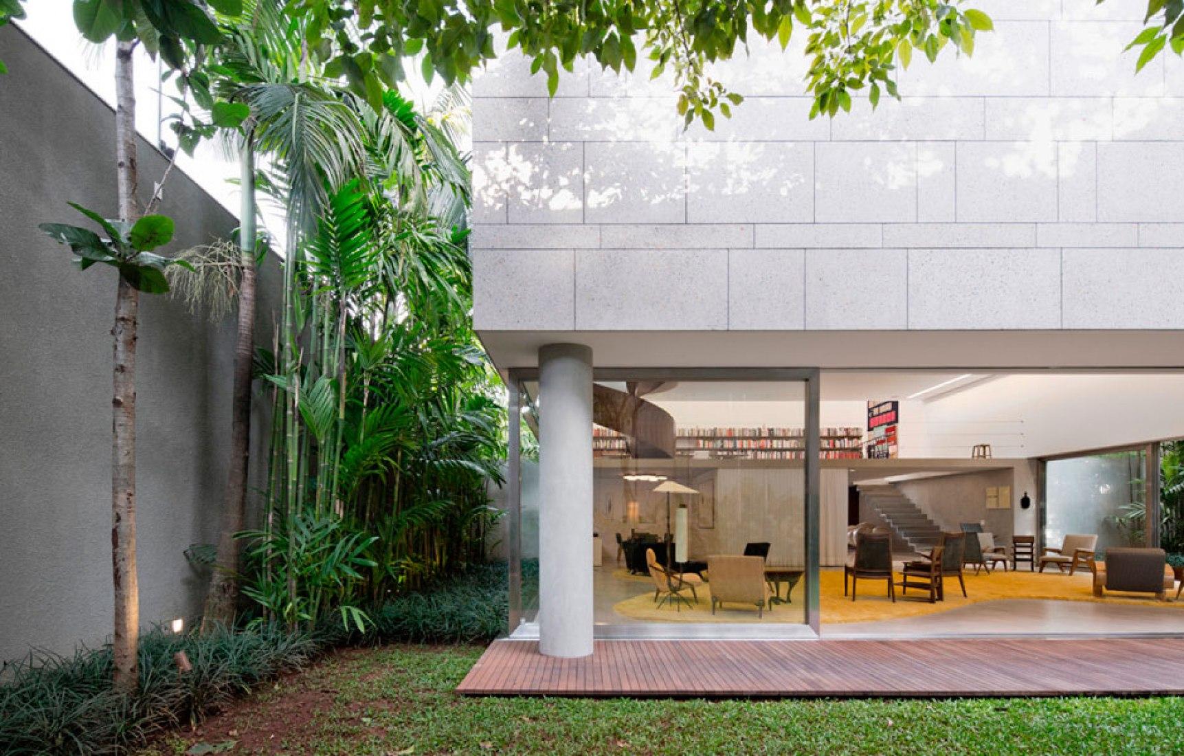 Vista exterior. Casa Cubo, Sao Pablo, Brasil de Isay Weinfeld. Fotografía © Fernando Guerra.