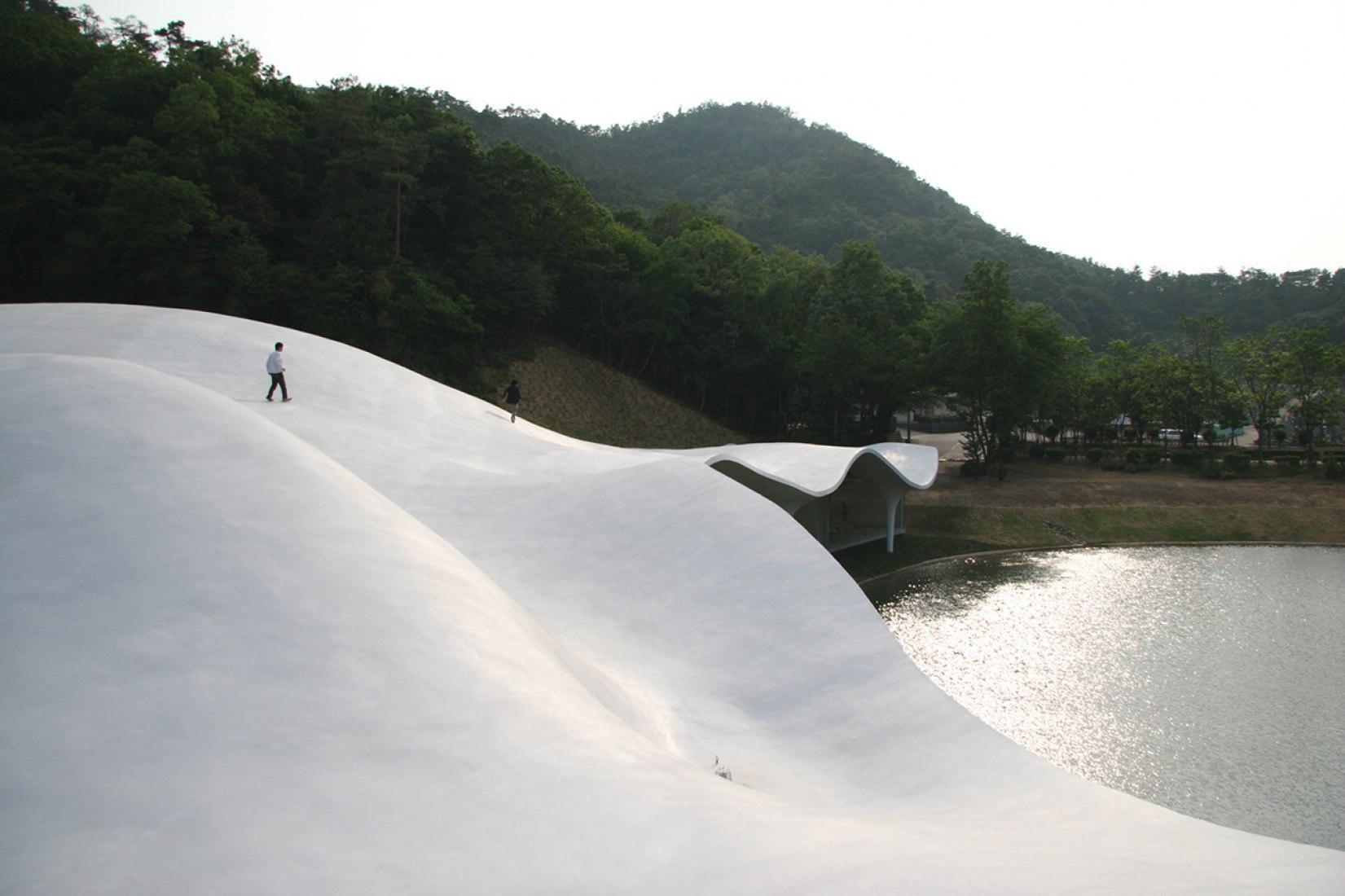 Toyo Ito. Meiso no Mori Municipal Funeral Hall, Gifu, Japan. 2004–06. © Toyo Ito & Associates, Architects.