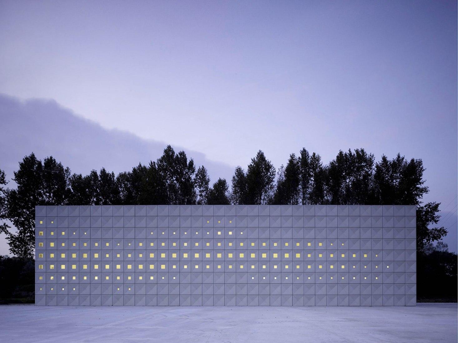 Vista exterior del crematorio Heimolen por KAAN Architecten. Fotografía © Christian Richters.