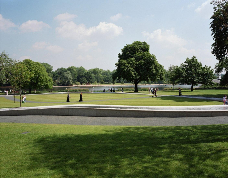 Vista con el entorno. Fuente Memorial a Diana, Princesa de Gales por Gustafson Porter. Fotografía © Hélène Binet.