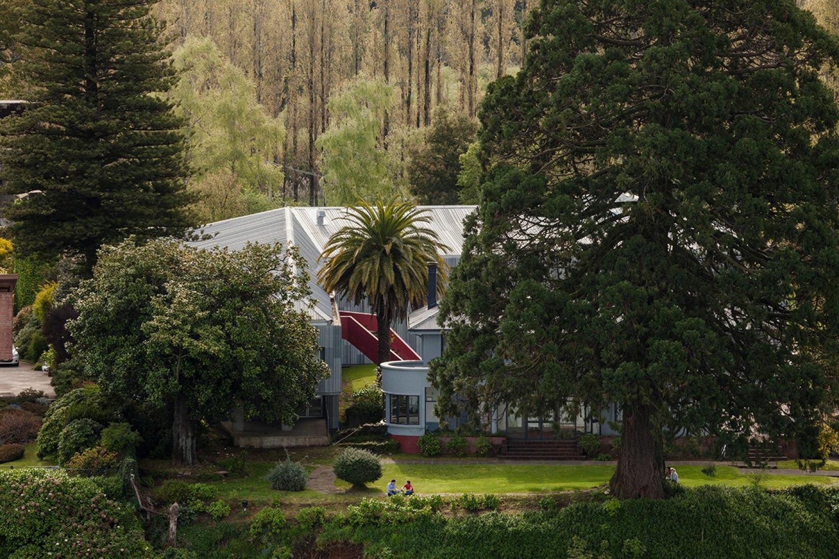Vista exterior de la Facultad de Ciencias Económicas y Administrativas por Felipe Assadi y Francisca Pulido. Fotografía © Fernando Alda. Señala encima de la imagen para verla más grande.