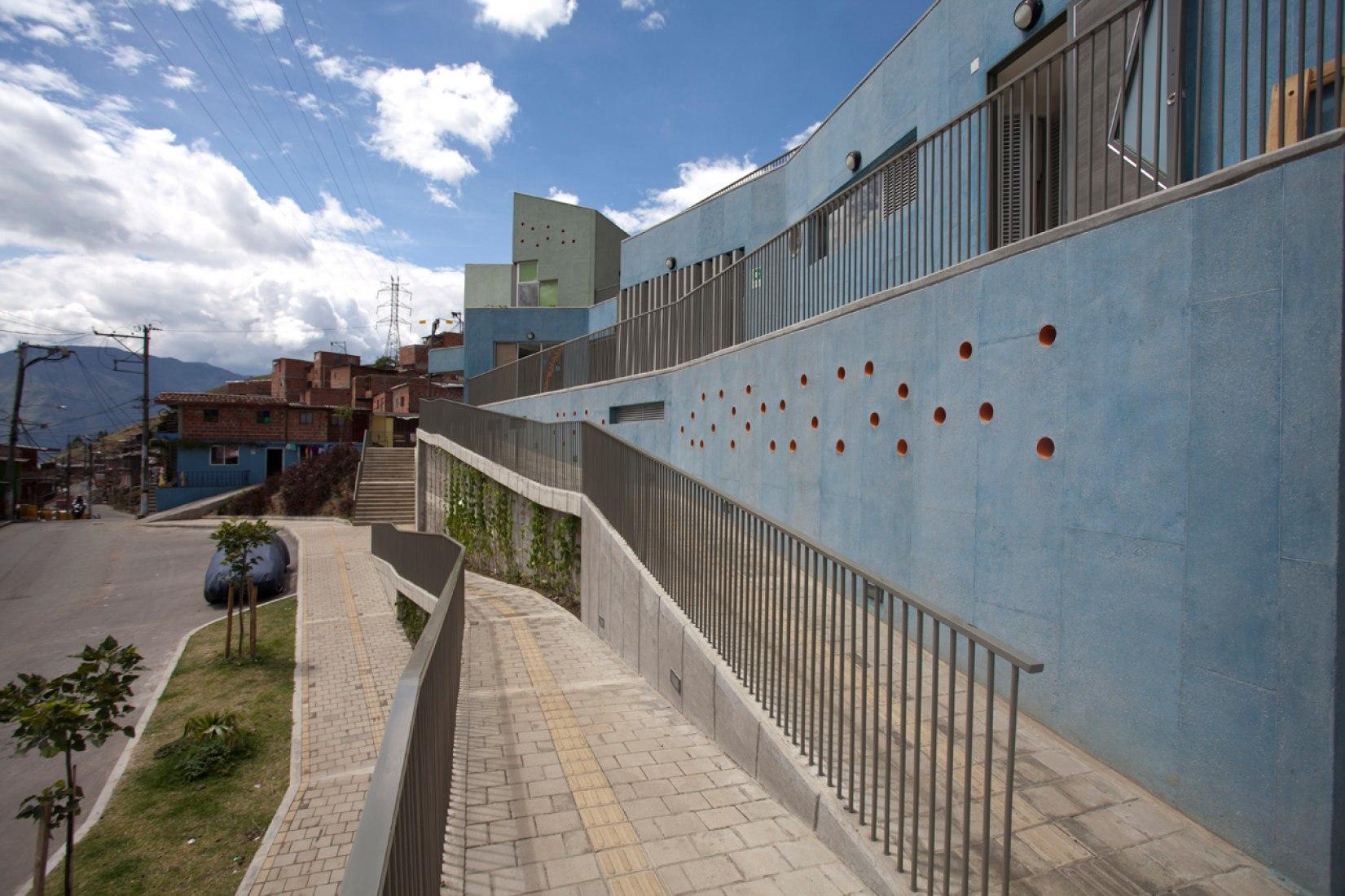 Rampa de acceso. Jardín Infantil Santo Domingo Savio por plan:b arquitectos. Fotografía © Sergio Gómez.