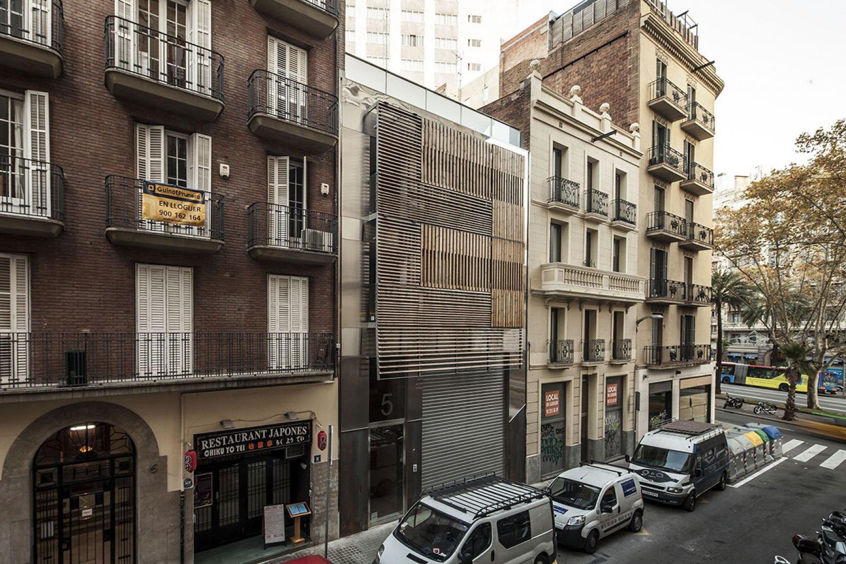 Edificio de Viviendas de Lujo por Josep Lluis Mateo. Fotografía © Adrià Goula.