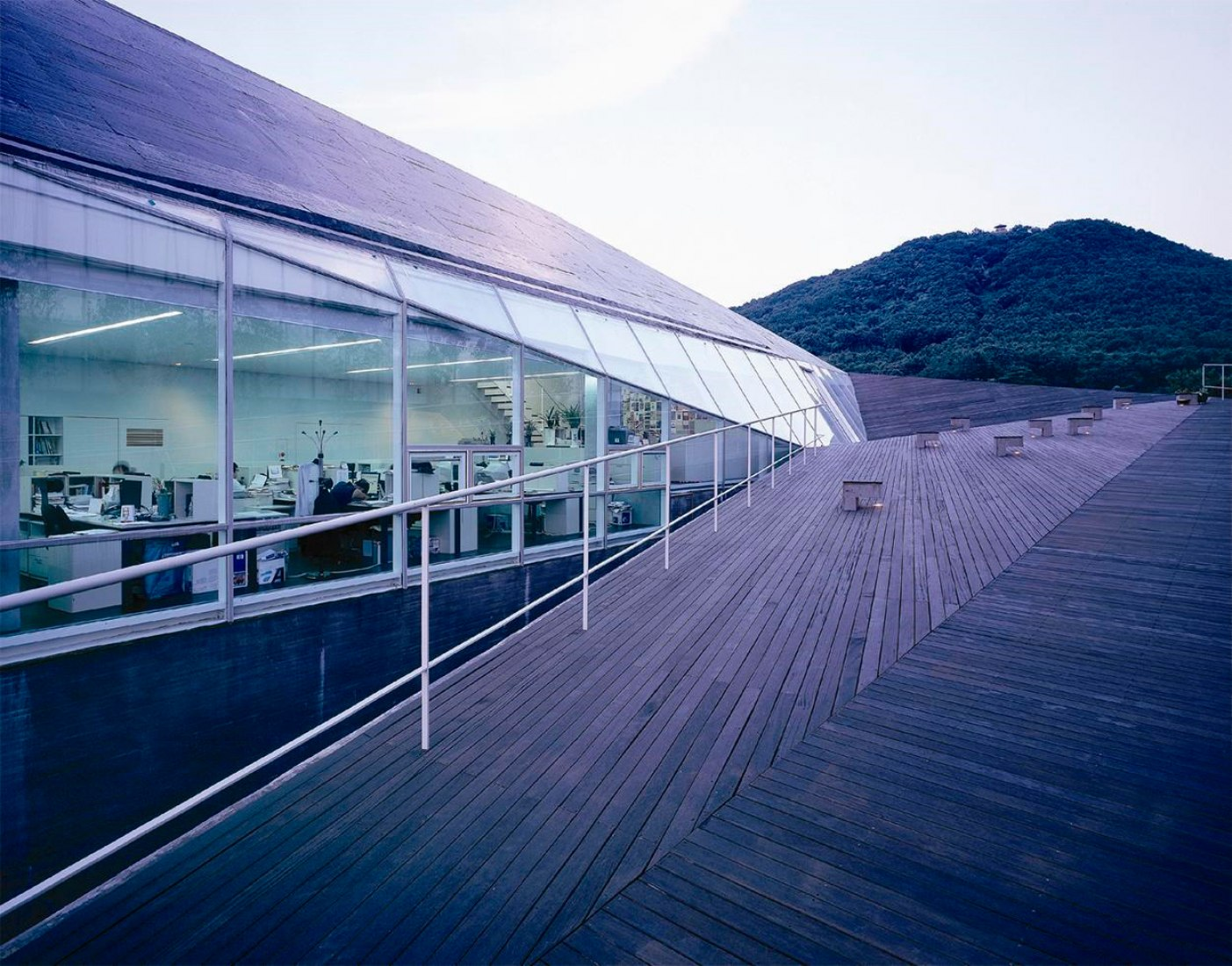 Roof and up floor. Kyomunsa Offices by Daniel Valle Architects. Image courtesy of Daniel Valle Architects.