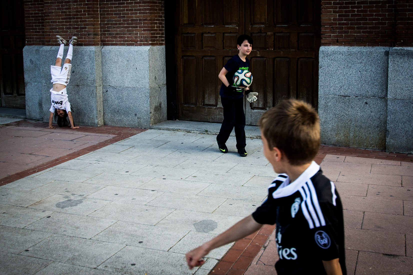 POPULAR VOTE AWARD. Charlie Cordero. 'Balón y malabares / Ball and Juggling'. 'Madrid 24h', photography exhibition at CentroCentro Cibeles. Courtesy of PHotoEspaña2015.