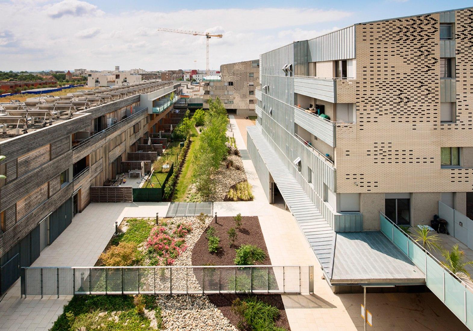 Vista exterior. Viviendas en Toulouse por Mateo Arquitectura. Fotografía © Adrià Goula.