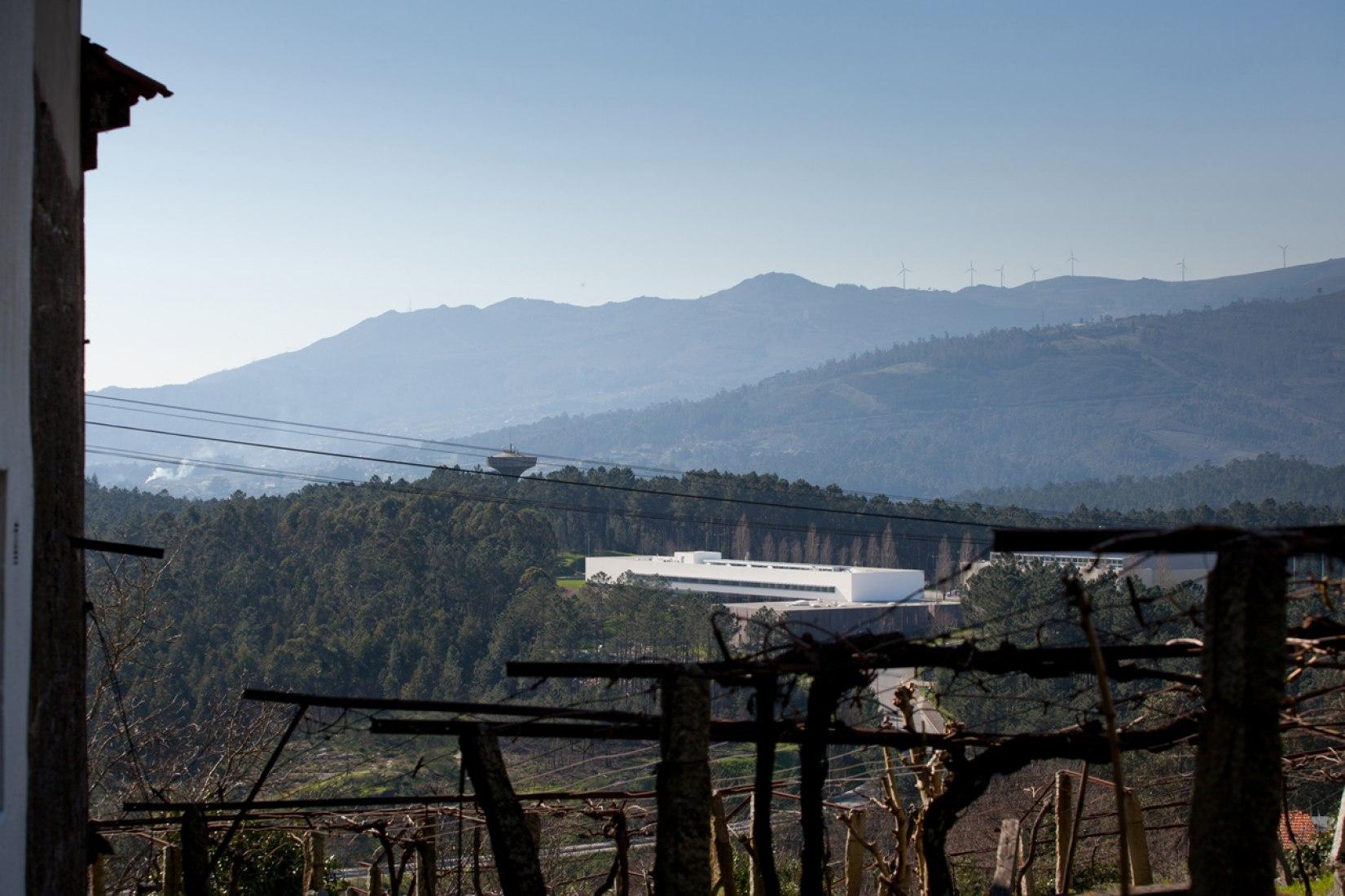 Vista exterior. Escuela de Deportes Monte Prado en Melgaço por Pedro Reis. Fotografía © José Campos.