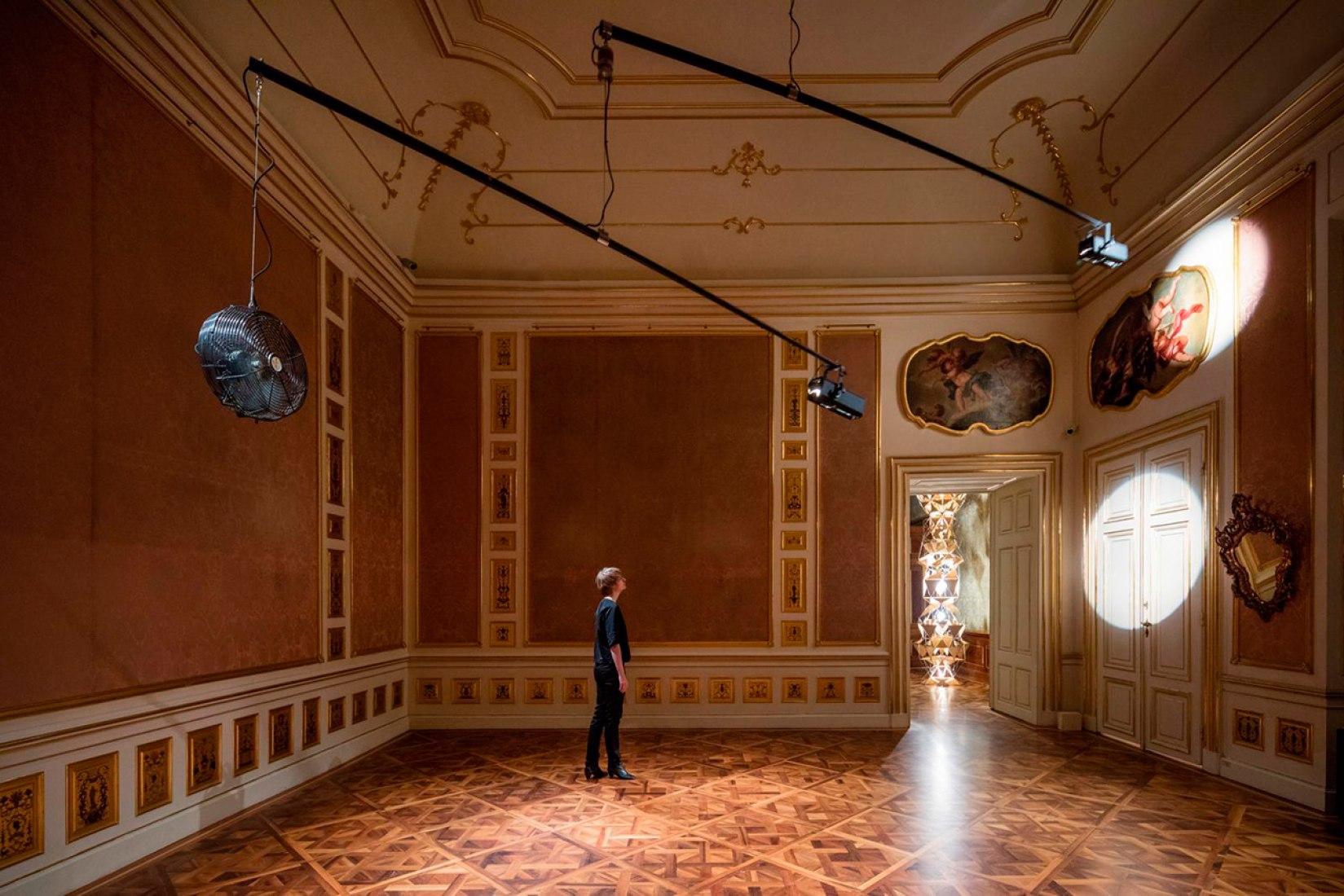 Doble ventilador móvil de luz, 2015 Palacio de Invierno del Principe Eugenio de Saboya, Viena 2015. Fotografía © Anders Sune Berg.