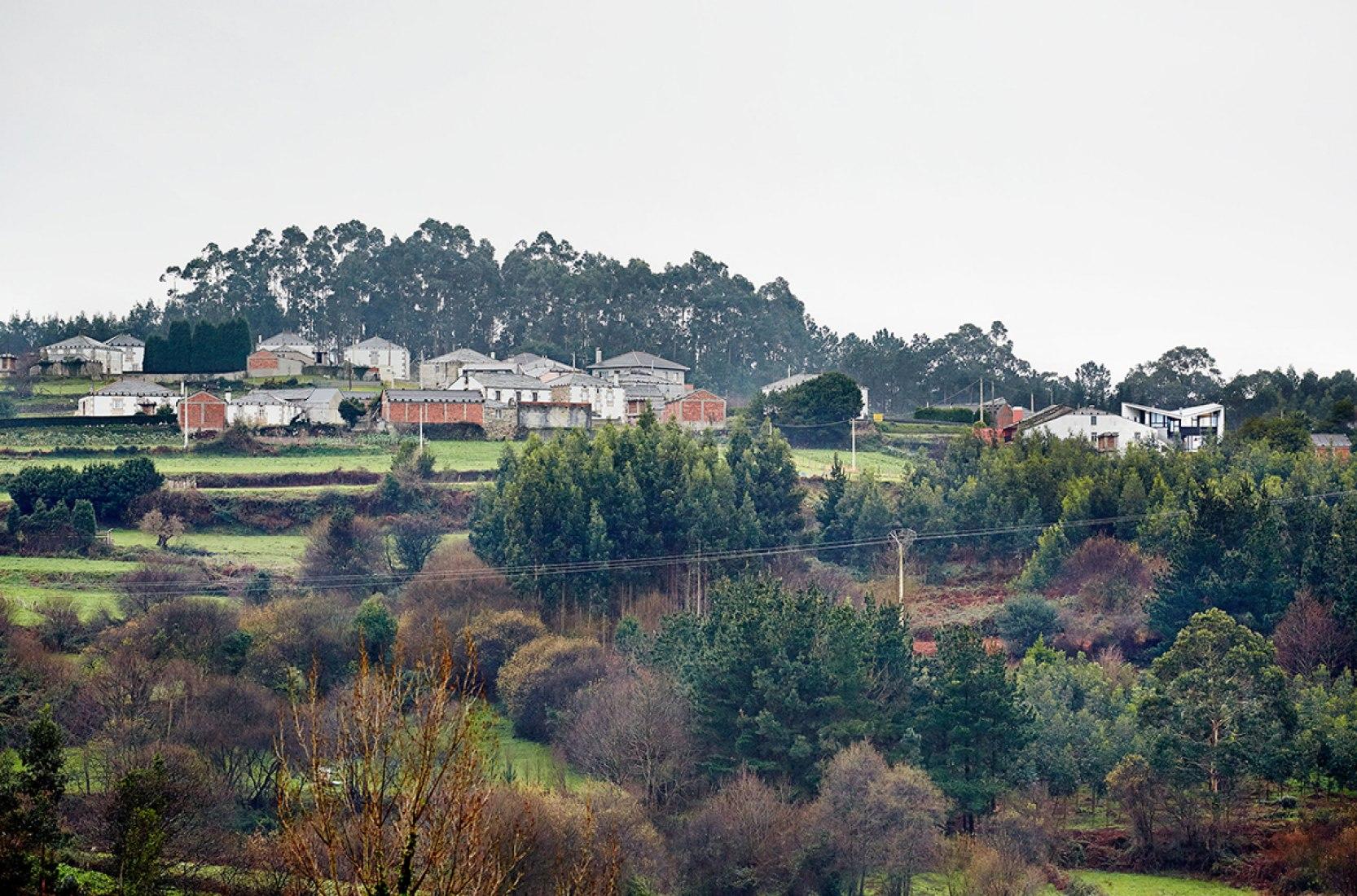 Alrededores. Casa de Vacaciones en Vilapol, Lugo, por padilla nicás arquitectos. Fotografía © José Hevia Blach.