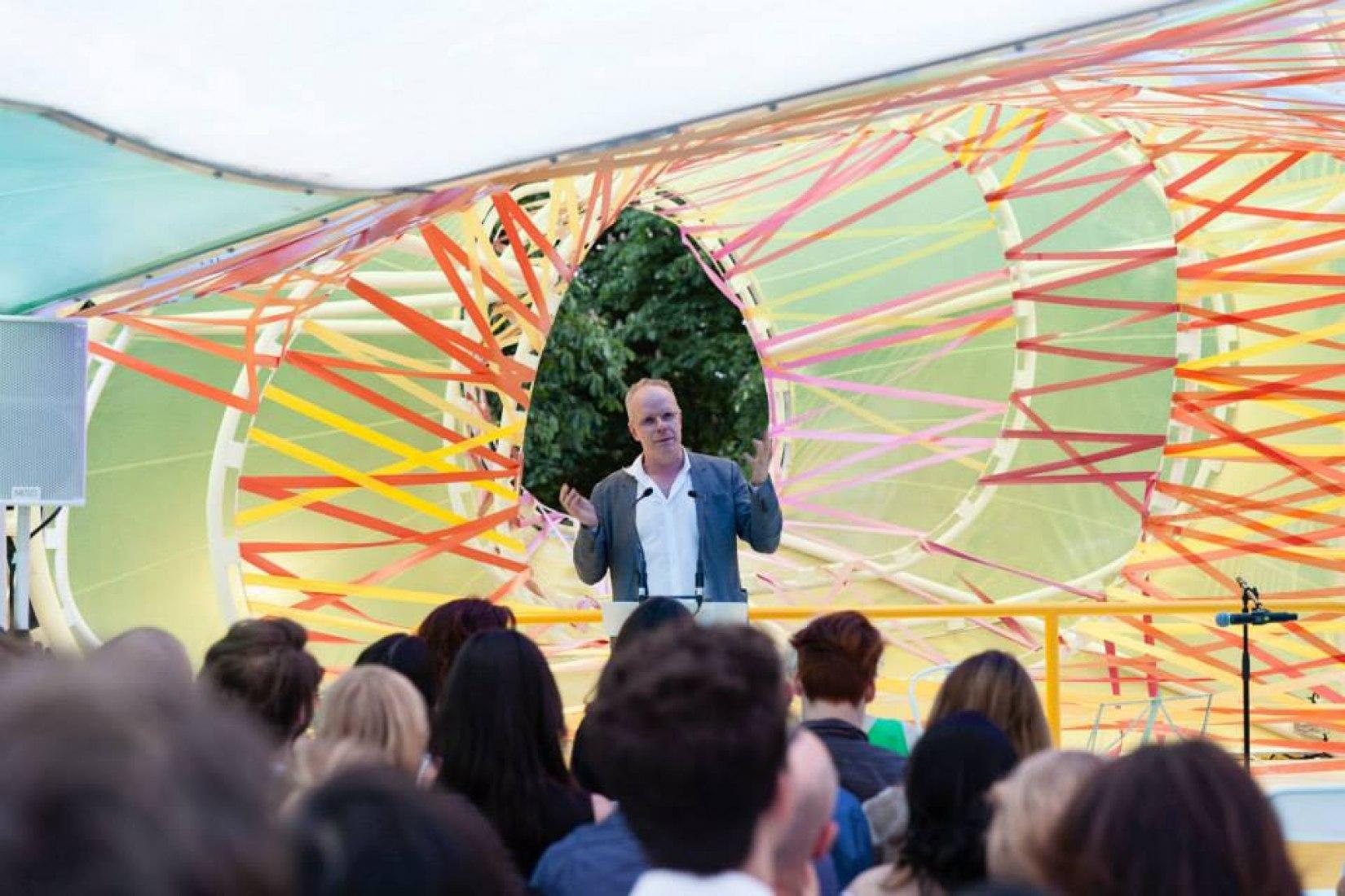 Hans Ulrich Obrist. Pabellón de la Serpentine 2015 diseñado por selgascano (25 de junio – 18 de octubre 2015). Fotografía © Lewis Ronald/Cortesía de Serpentine Gallery.