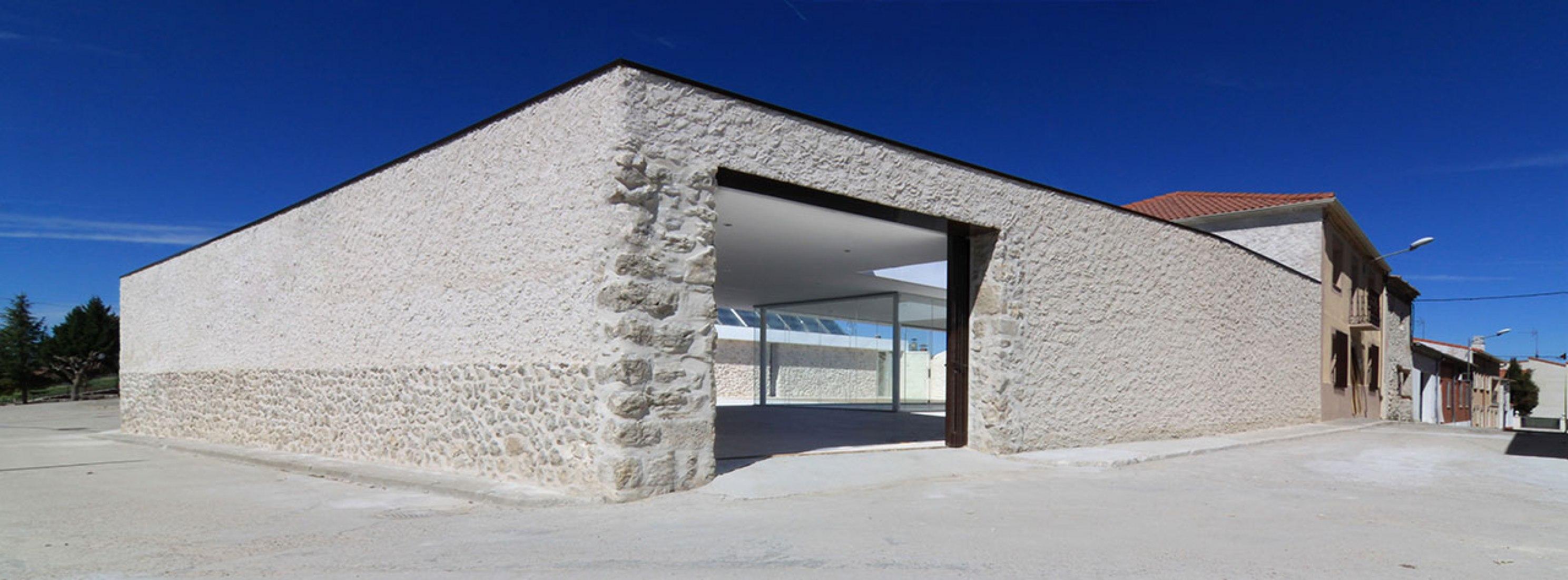 Vista del acceso. Patio en Santibañez por Óscar Miguel Ares Álvarez. Fotografía © Jesús J. Ruiz Alonso.