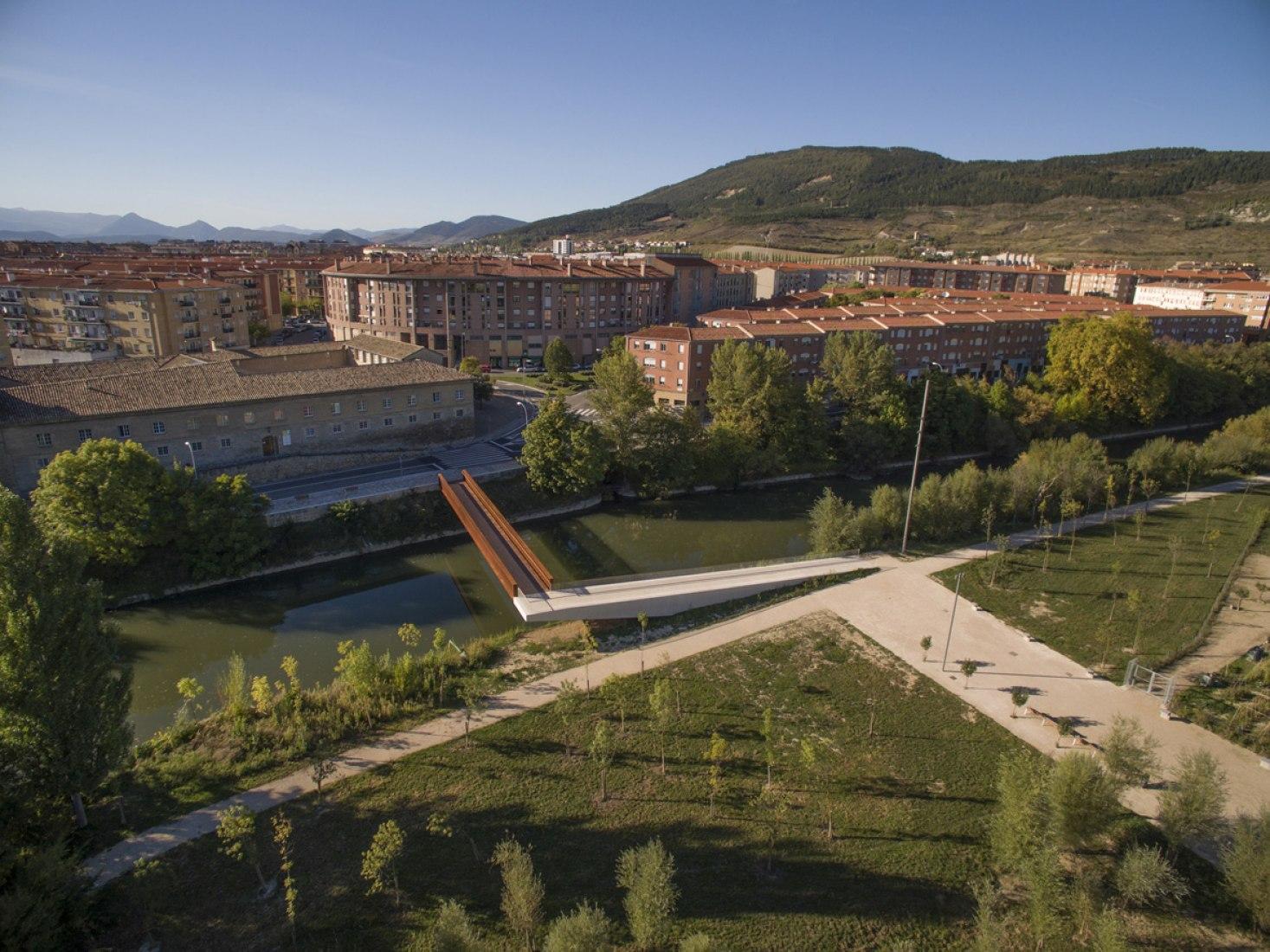 Vista aérea de la pasarela peatonal en el Parque de Aranzadi por Peralta Ayesa arquitectos. Fotografía © Eduardo Berián / Hidrone.