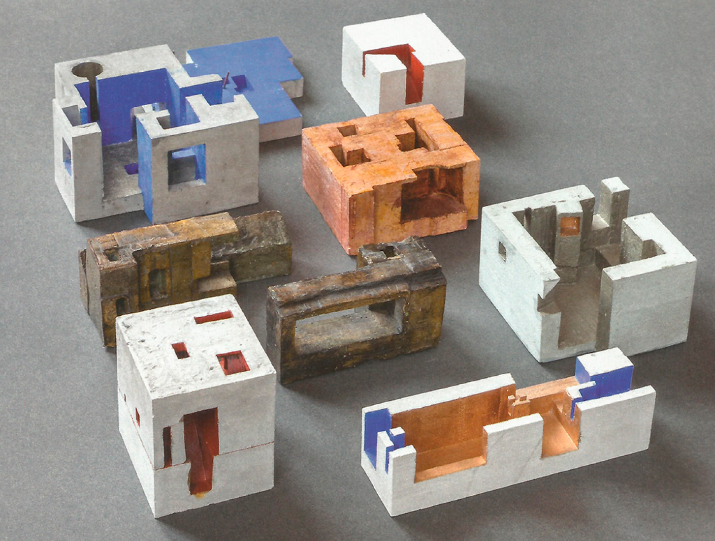 "[Fig. 2] Maquetas realizadas para estudios de viviendas. Fuente: ""Peter Zumthor: Buildings and Projects"" de P. Zumthor, vol3, p.35. Autor: Atelier Peter Zumthor & Partner."