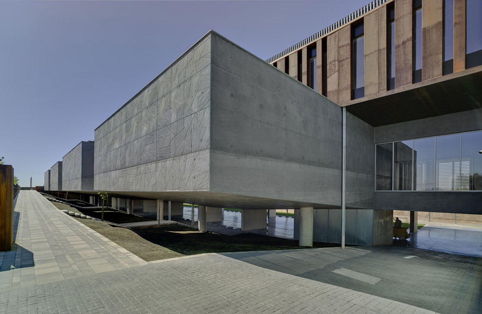 Exterior. Edificio de oficinas + aulas de formación por Rstudio arquitectura. Fotografía © David Frutos.