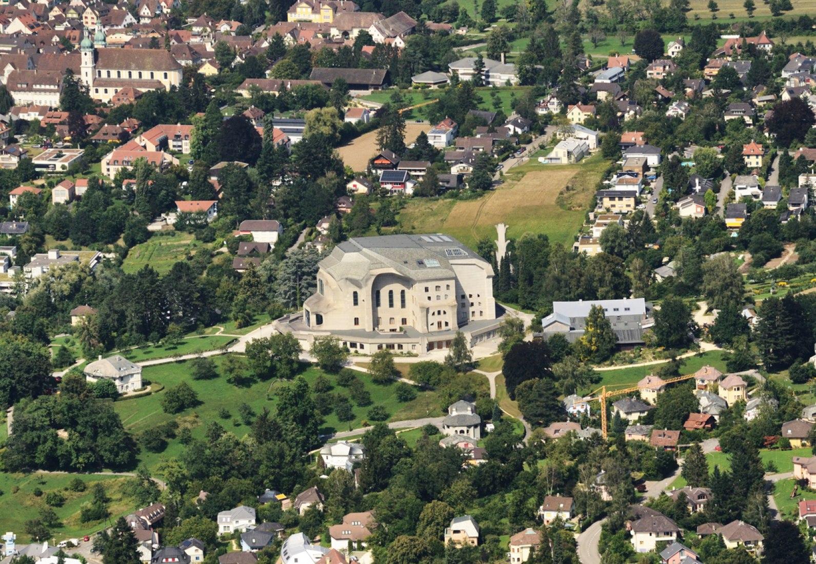 Vista aérea. Segundo Goetheanum. En el filo del expresionismo I: Rudolf Steiner. Fotografía © Wikipedia.