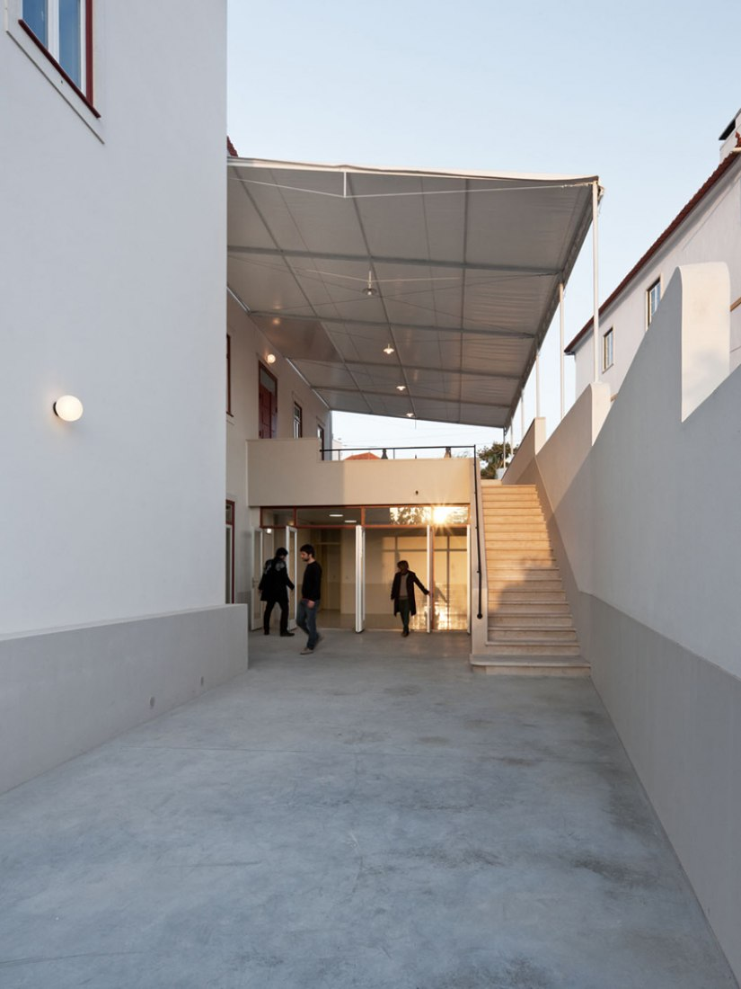 Exterior view. Renovation and extension of Juncal's Parish Hall by Jordana Tomé y Victor Quaresma, Atelier de Arquitectura. Photograph © Luís Ferreira Alves.