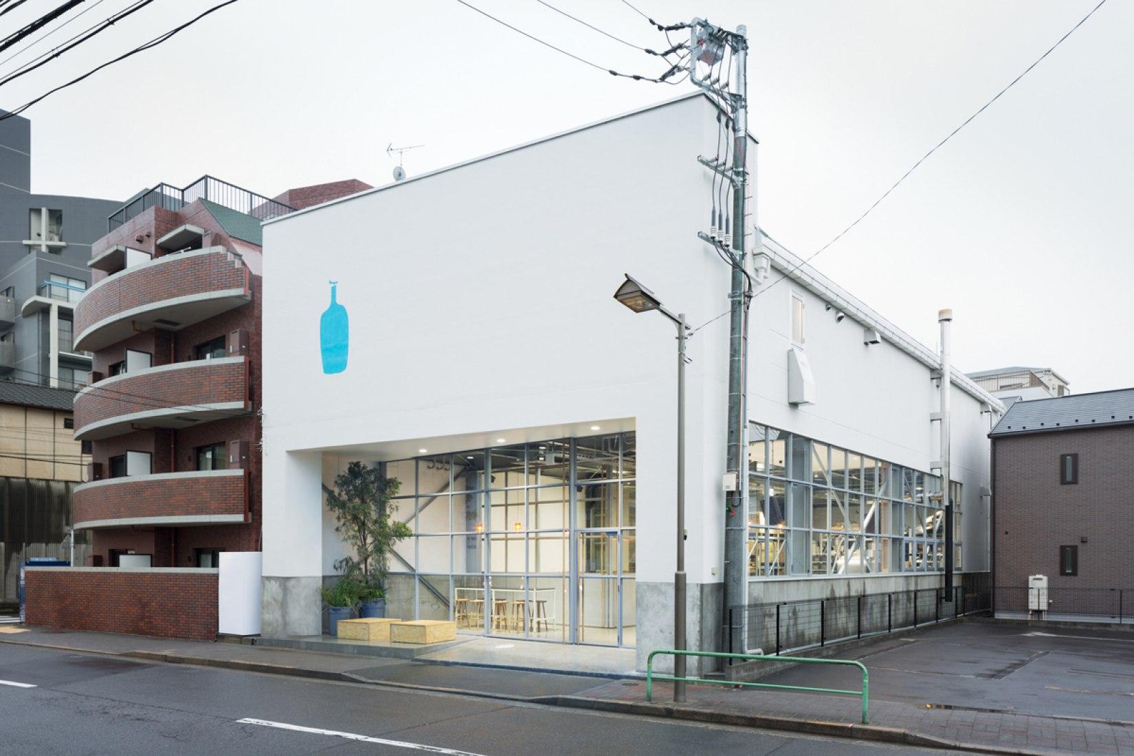 Vista con el entorno. Blue Bottle Coffee Kiyosumi-Shirakawa Roastery & Cafe por Jo Nagasaka / Schemata Architects. Fotografía © Takumi Ota.
