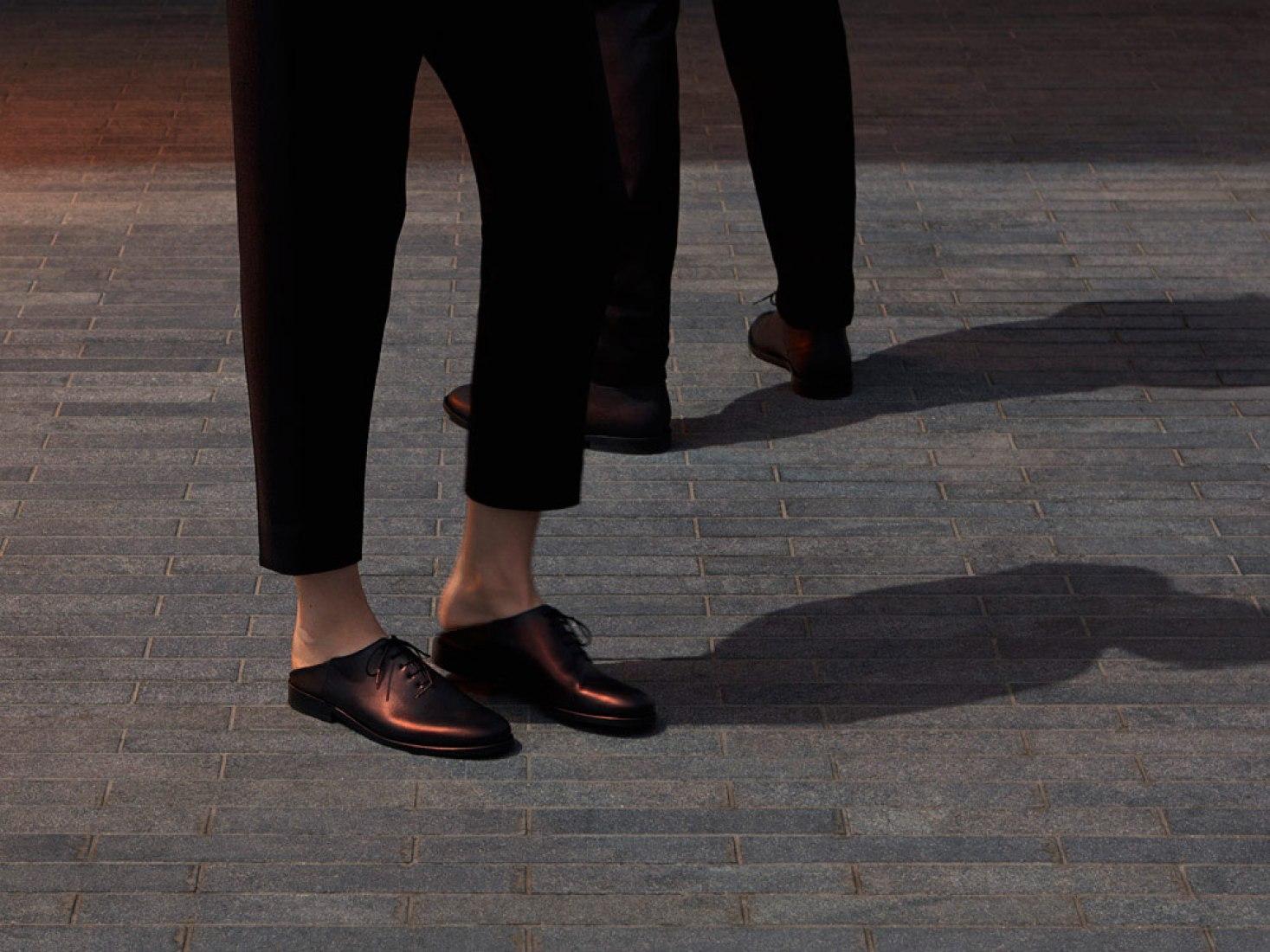 Edición limitada de zapatos para los veranos del 2014 en la Serpentine Galleries. Por COS.
