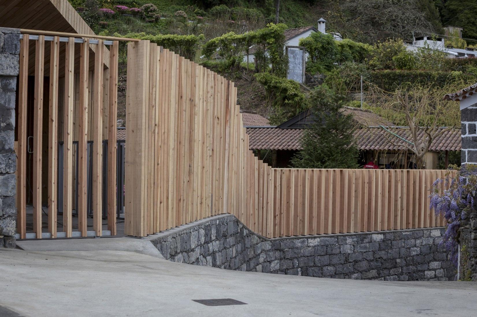Vista exterior. Piscinas Termales Poça da Dona Beija por M - Arquitectos, Açores, Portugal. Fotografía © Paulo Goulart.