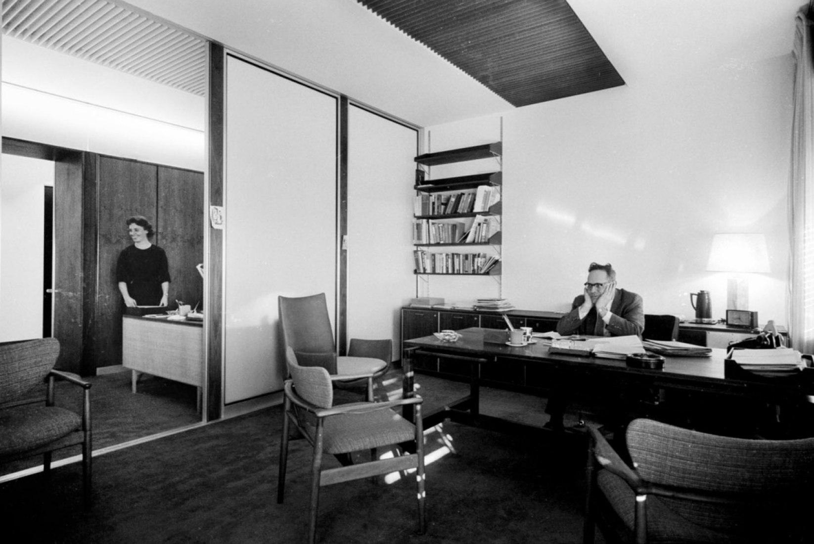 Vamos a viajar de regreso a la década de 1960-una época en que todo estaba en escala de grises y respirar un poco de la vida laboral y lo que inundaba el aire decadente de Don Draper. Parece que ese hombre a la derecha necesita un descanso-así que vamos a estirar las piernas y tomar un paseo alrededor de la oficina con él. (Courtesy of Time Inc. Archives).