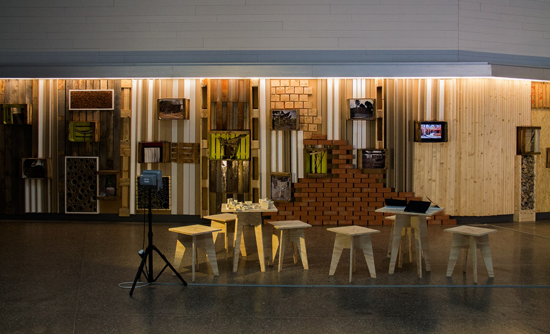Imagen de la exposición TYIN tegnestue: en detalle, en el MUSAC. Fotografía © Andrea Portillo / METALOCUS.