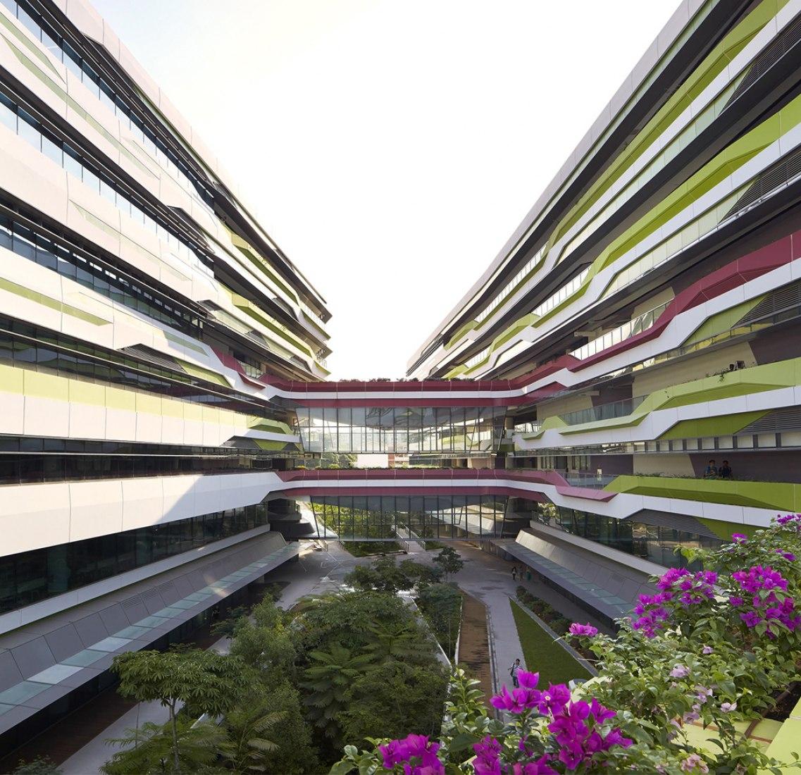 Vista del patio. Singapore University of Technology & Design por UNStudio y DP Architects. Fotografía © Hufton+Crow.