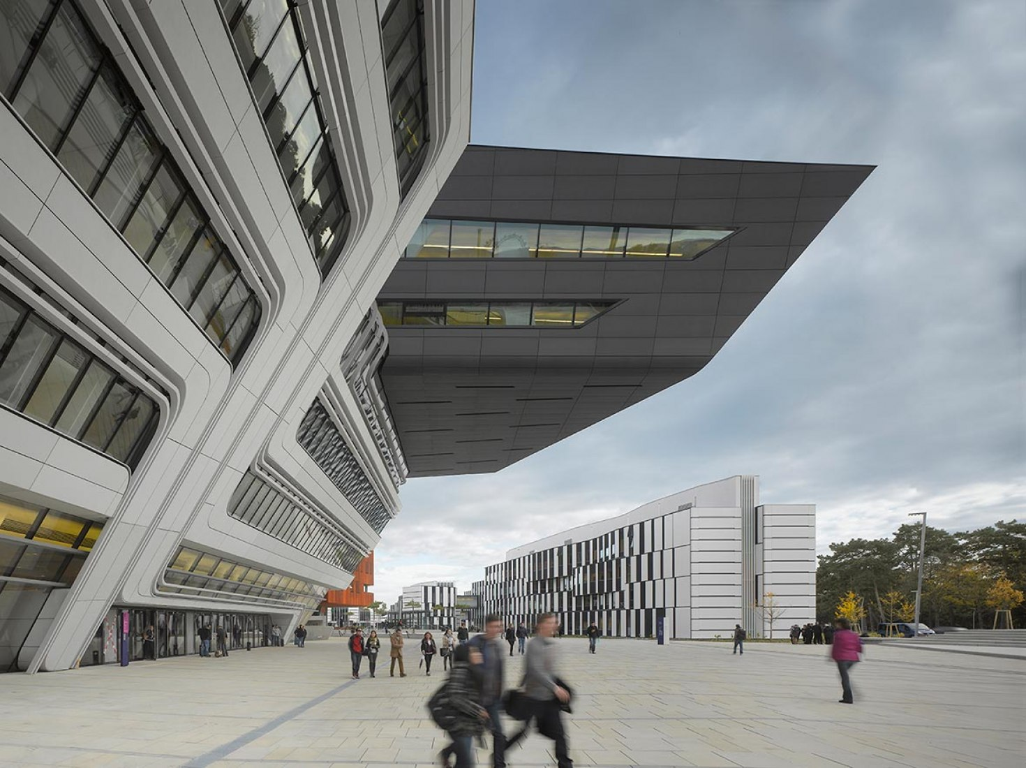 Biblioteca y Centro de Aprendizaje de la Universidad de Economía por Zaha Hadid Arquitectos. Fotografia © Roland Halbe.