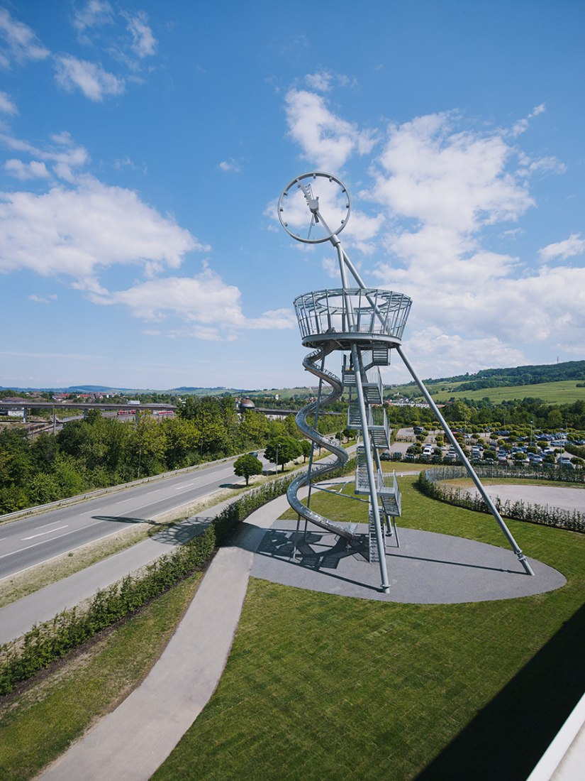 Vitra Slide Tower by Carsten Höller and Álvaro-Siza-Promenade in the Vitra Campus in Weil am Rhein. Photography © Julien Lanoo / Attilio Maranzano.