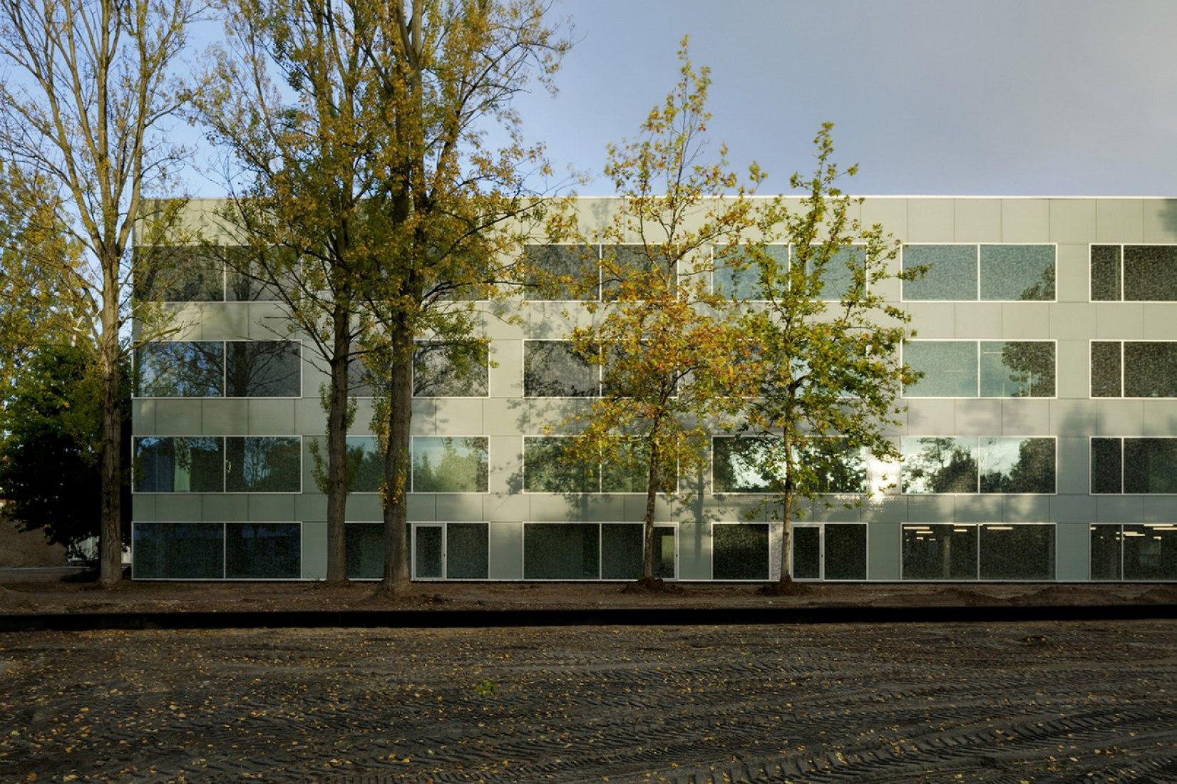 Fachada. Nuevo Campus Hoogvliet por Wiel Arets Architects. Fotografía © Jan Bitter.