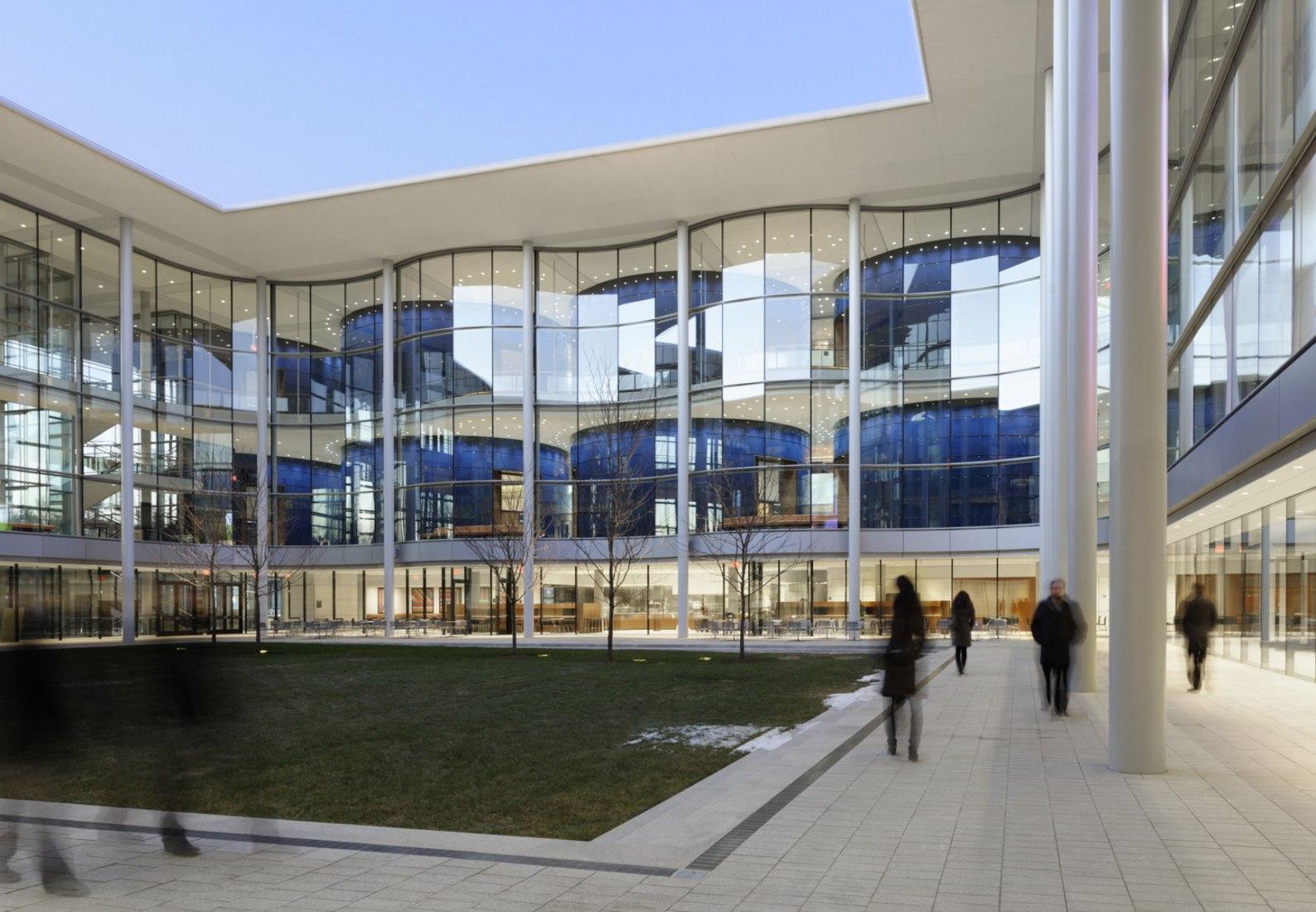 Patio. Escuela de Administración de Yale por Foster + Partners.