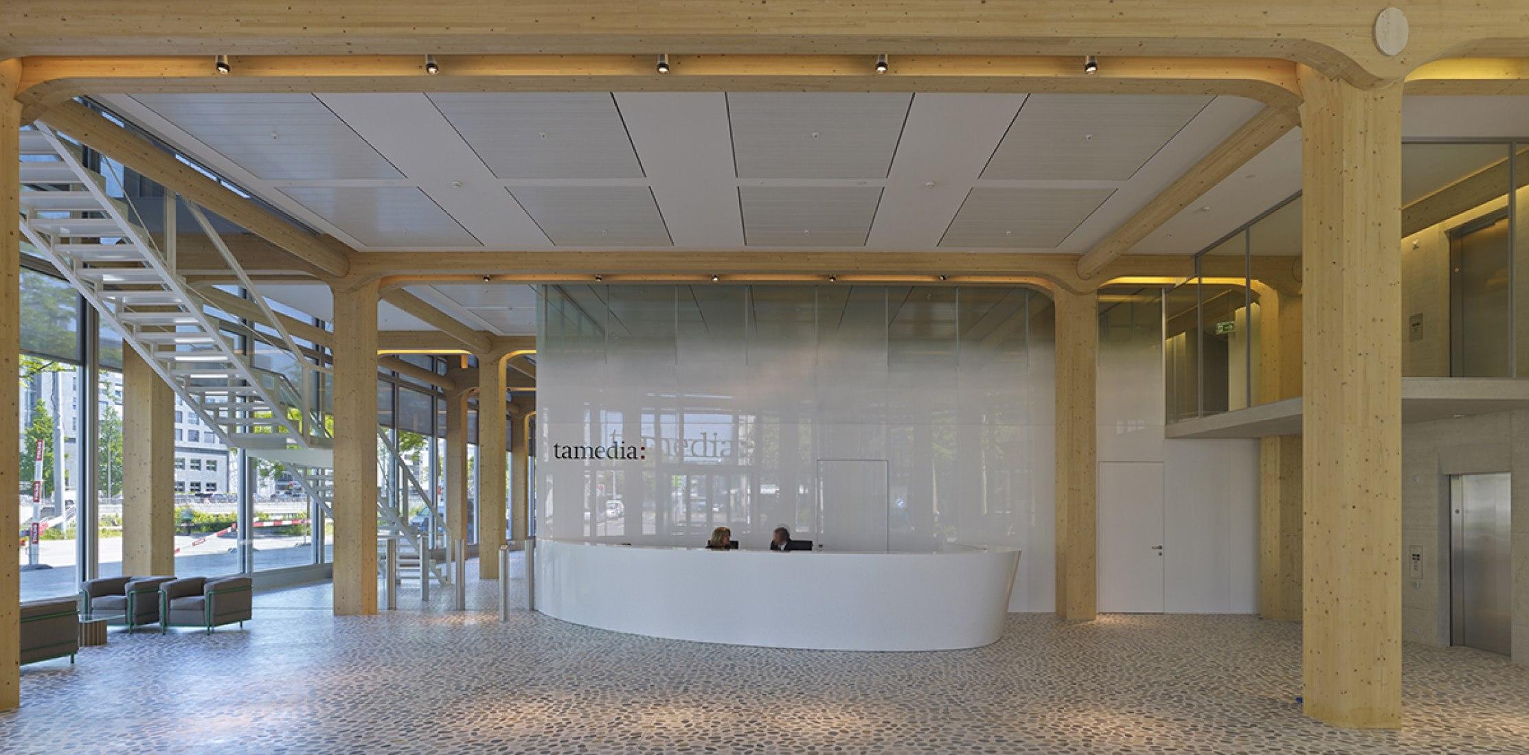 Nuevo edificio Zurich Werd, vista interior, recepción. Fotografía © Didier Boy de La Tour. Por Shigeru Ban.