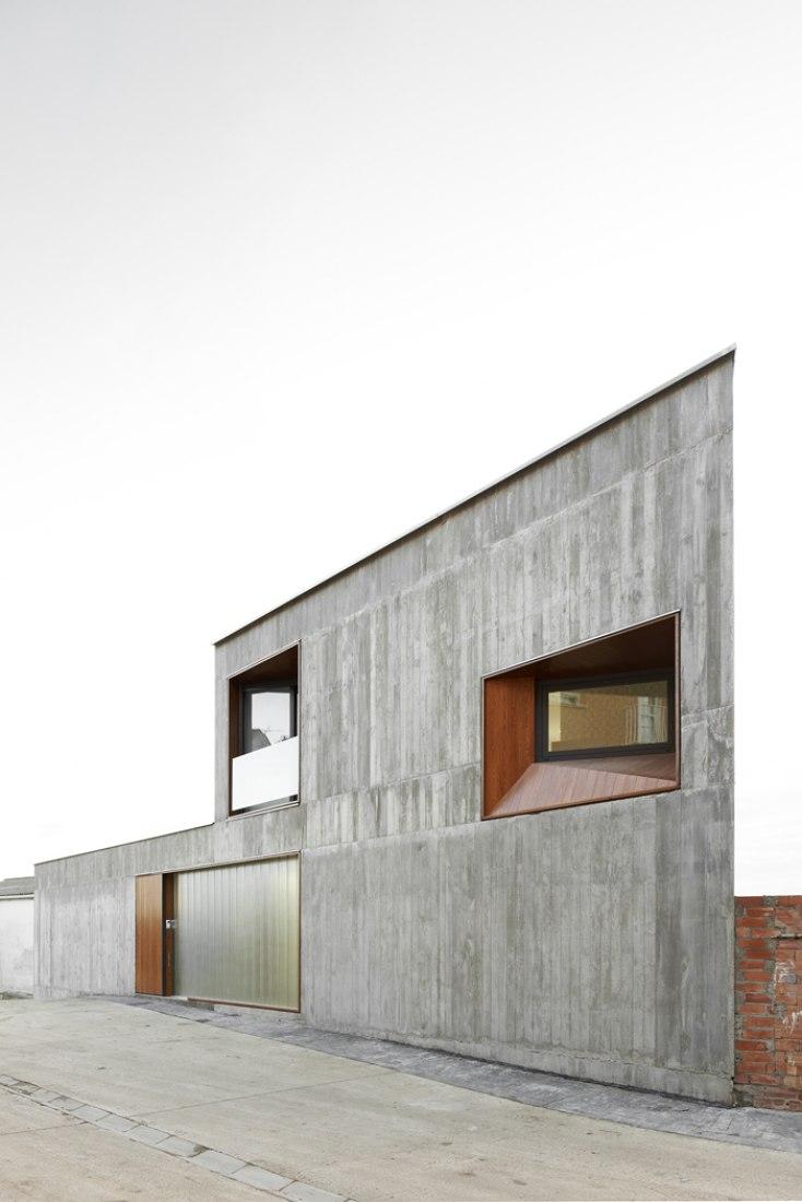 Exterior view. MP House in Sesma. Photography © Iñaki Bergera. Courtesy of Alcolea + Tárrago Arquitectos.