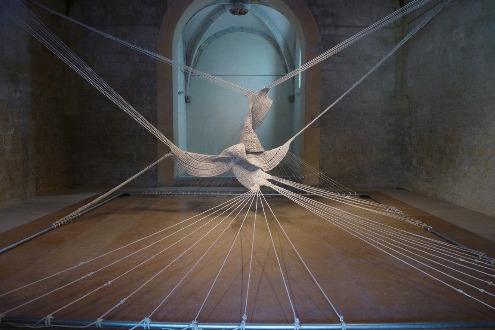 Estel Ancorat Monestir. 1974 Macramé con cuerdas de nylon 280 x 900 x 900 cm.