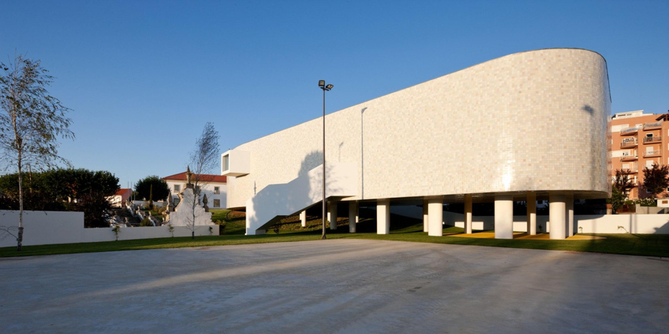 Outside view. Combatentes Educational Center, by Cannatà & Fernandes arquitectos. Photography © Luis Ferreira Alves.