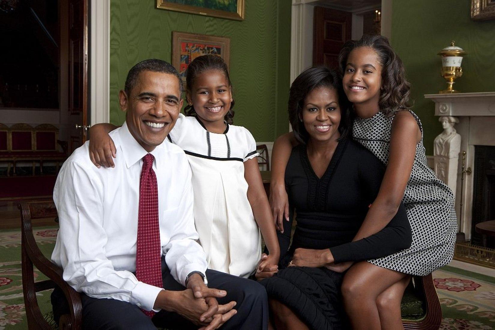 Retrato de la familia Obama en la Habitación Verde. Annie Leibovitz (2009). / Lanzada por la Photo Office de la Casa Blanca.