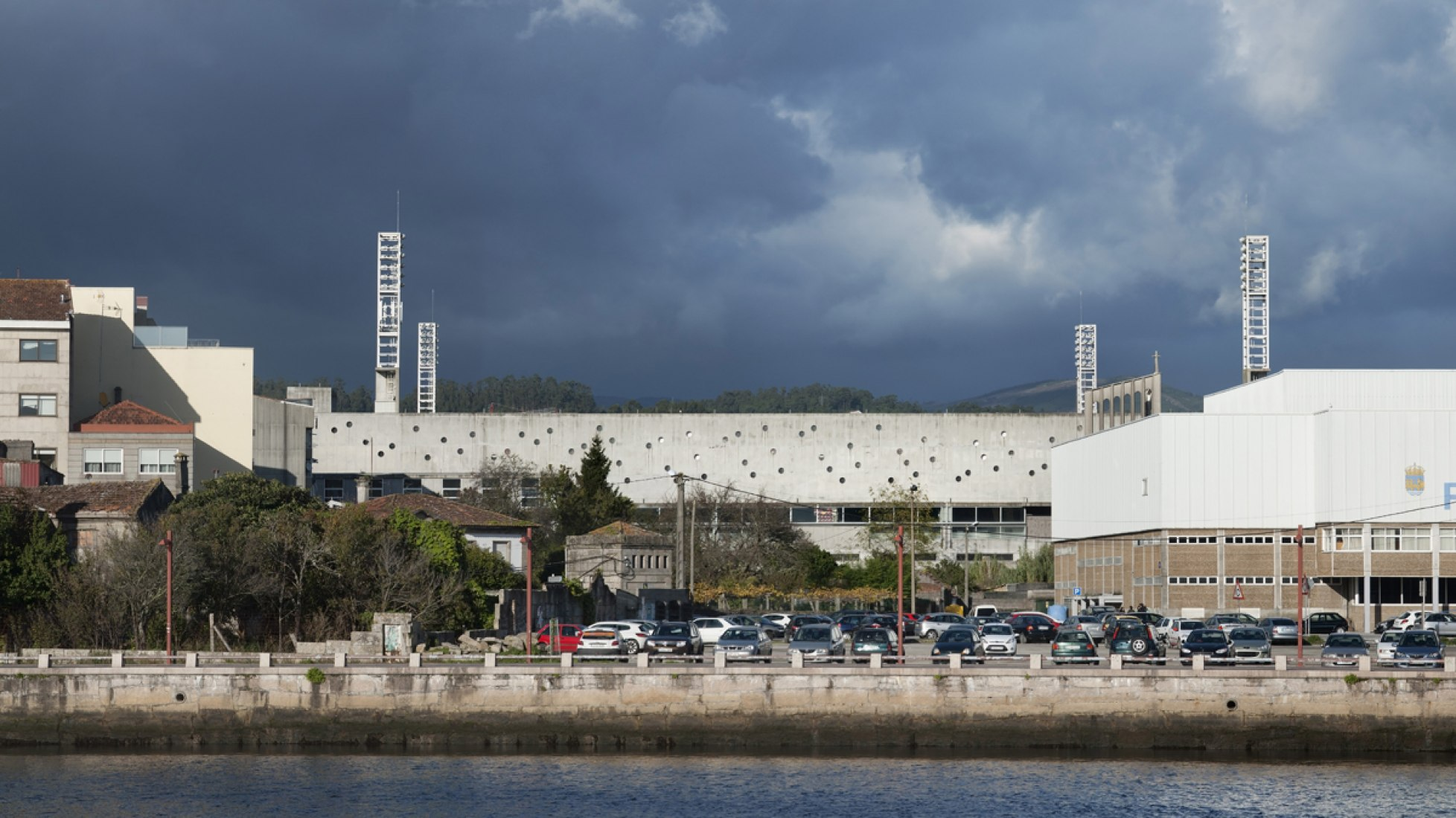 Nuevo Estadio de Pasarón, por Jesús Llamazares y Galo Zayas. Fotografía © Héctor Santos-Díez. Cortesía de ACXT Arquitectos.