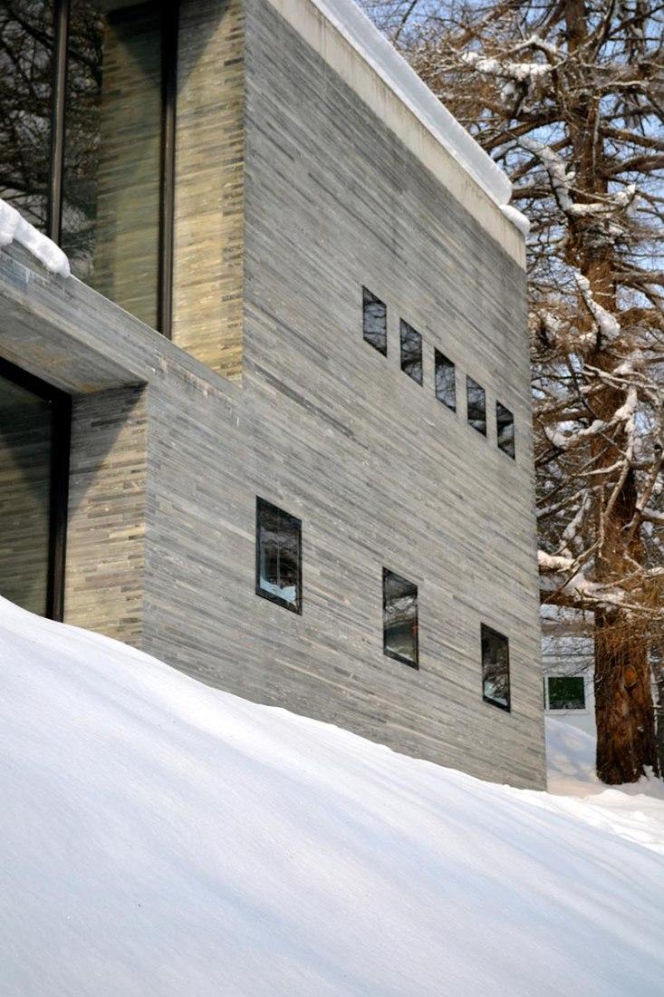 Vista nevada del exterior. Termas de Vals por Peter Zumthor.