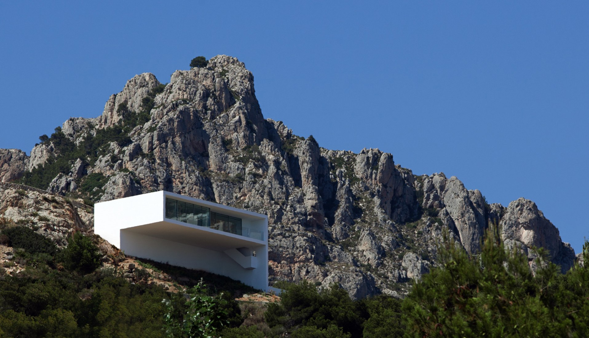 House on the cliff by Fran Silvestre Arquitectos. Photography © Diego Opazo
