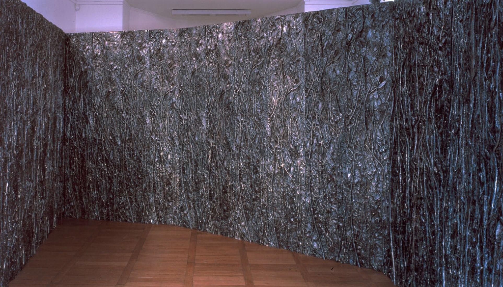 Cristina Iglesias. Sin título (Habitación de Eucalipto I, 1994-1997). Aluminio. Diferentes medidas. Colección particular. Cortesia del Museo Reina Sofía.