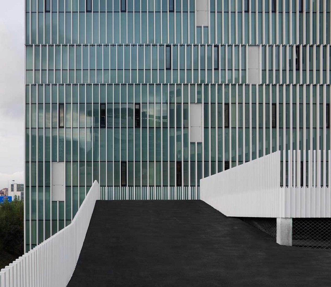 Edificio de servicios generales Hospital de Cruces por ACXT. Fotografía © Aitor Ortiz.