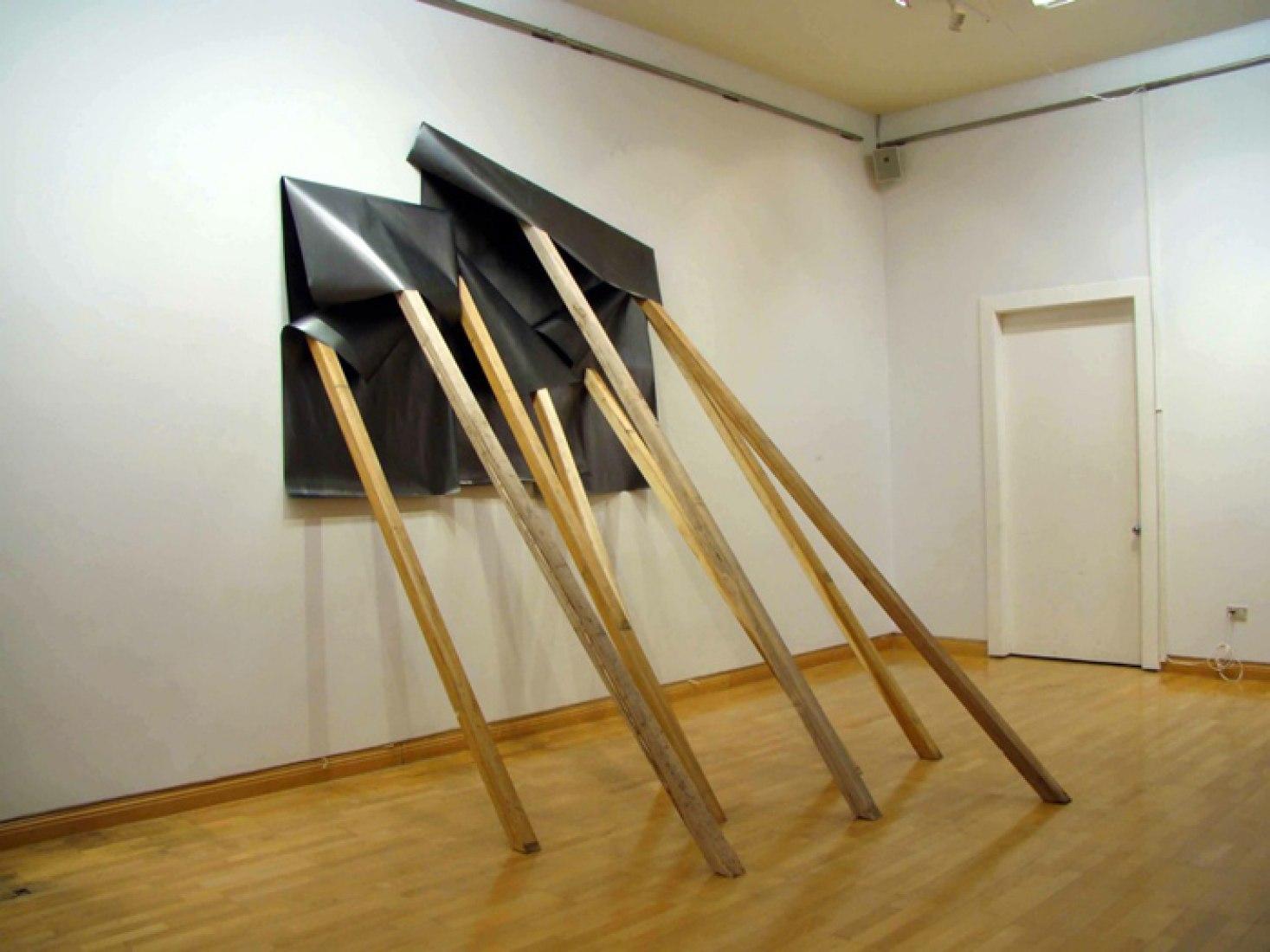 Fall down, 2010. Instalación de dibujos a grafito sobre papel sostenidos  con vigas de madera. Medidas variables de acuerdo al montaje.
