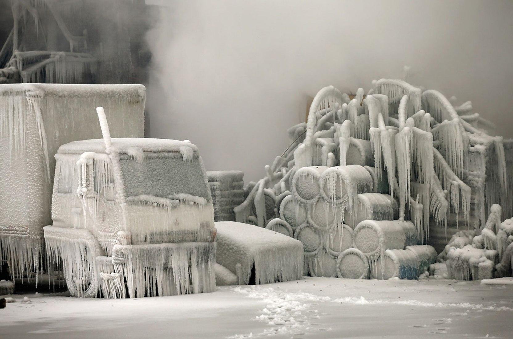 Un camión está cubierto de hielo, mientras los bomberos trabajan para extinguir un incendio masivo en un almacén vacío en Chicago, Illinois, el 23 de enero de 2013. Más de 200 bomberos combatían el incendio de cinco alarmas ya que las temperaturas eran de un solo dígito. (Scott Olson / Getty Images).