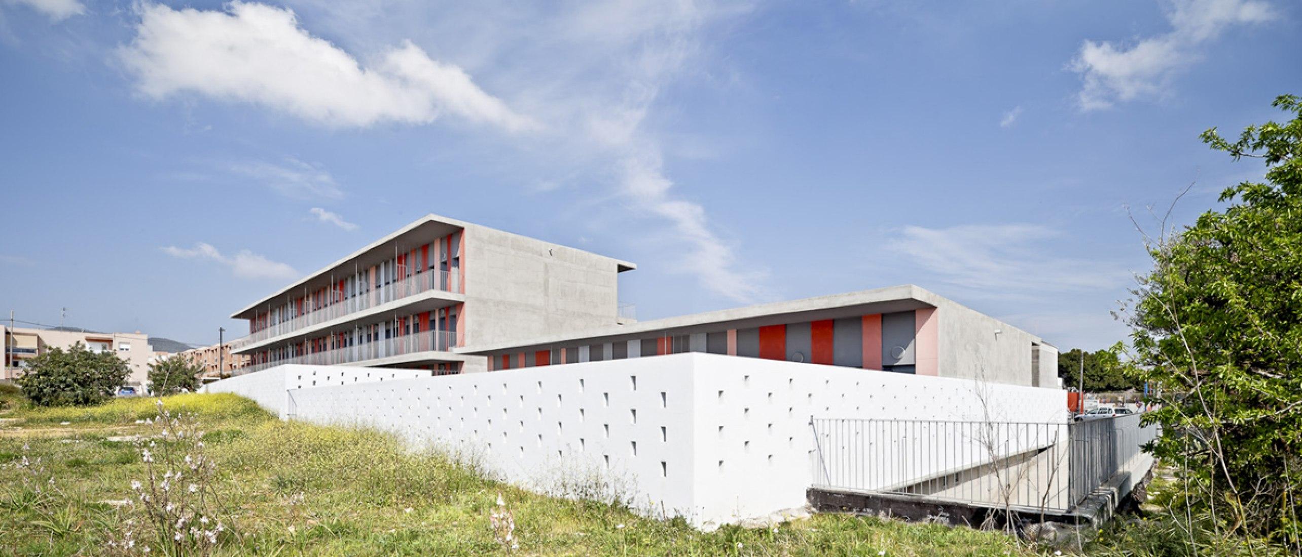 Fachadas laterales. 30 Viviendas de Protección Oficial en Ibiza por Vora Arquitectura. Fotografía cortesía de © Adrià Goula.
