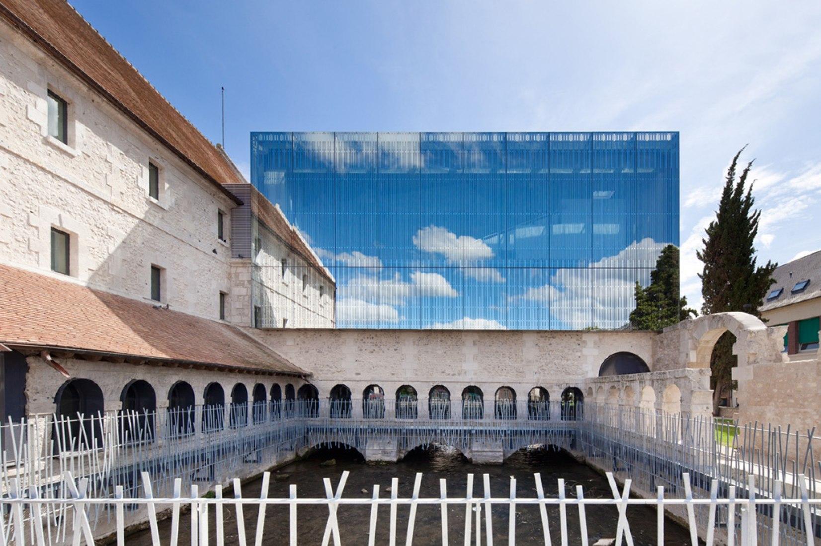 Vista frontal del auditorio. Escuela de Música de Louviers por Opus 5 architectes. Fotografía © Luc Boegly.
