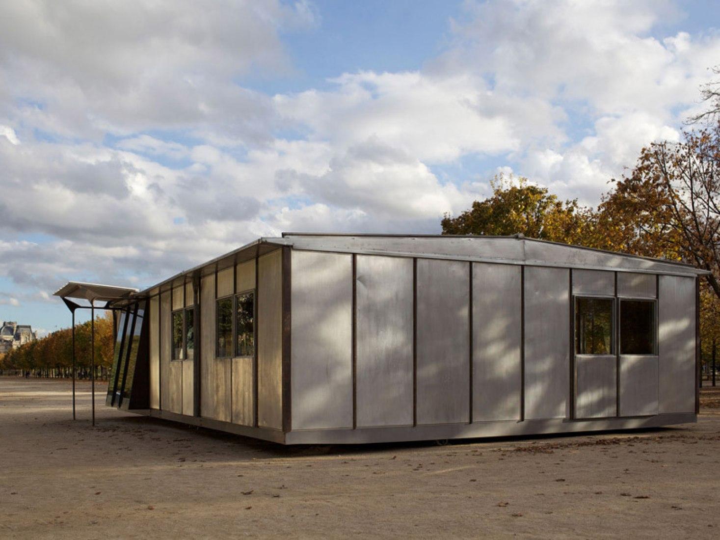 Exterior. Jean Prouvé (1949). Casa de aluminio Métropole, 8X12 m. © Produción de Galerie Patrick Seguin.