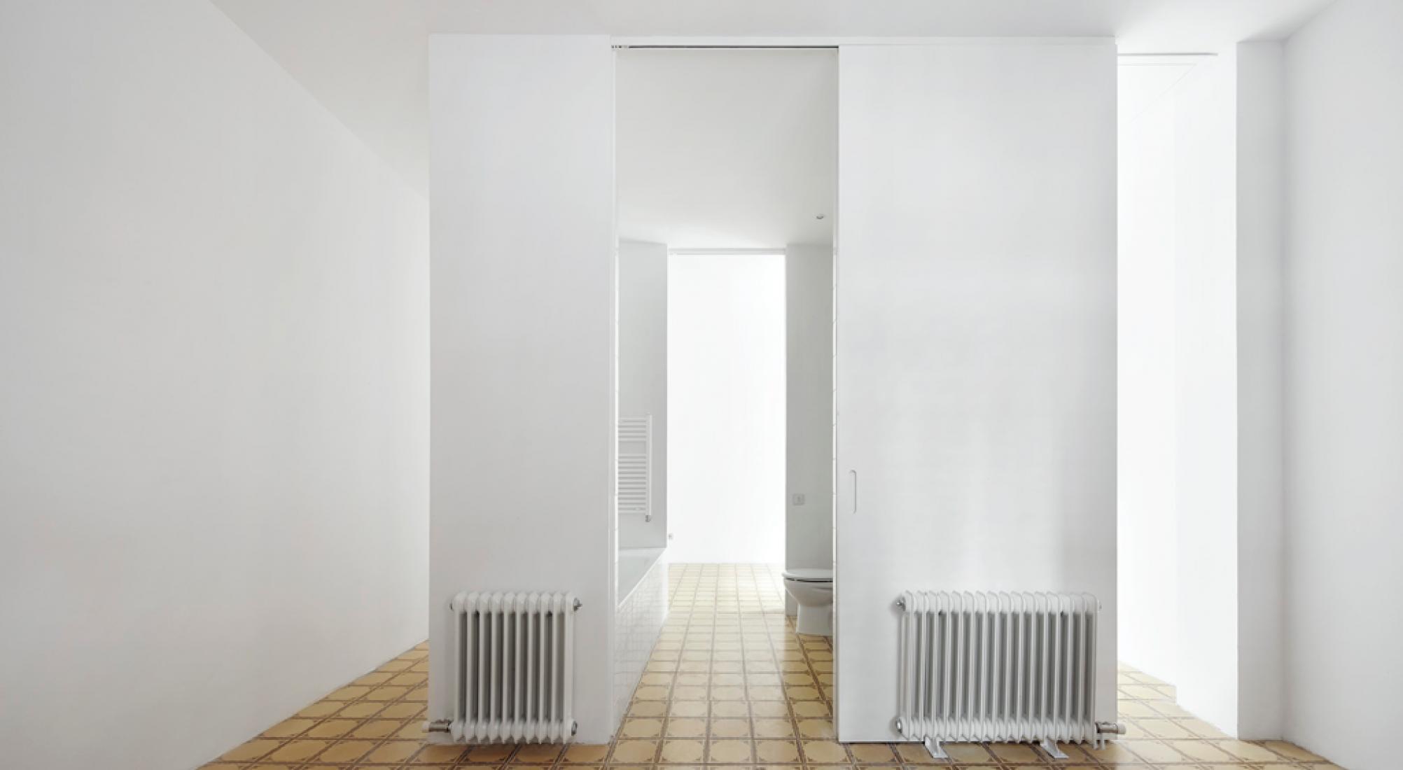 Planta superior. Reforma de una vivienda en Nou Barris, por Arquitectura-G. Fotografía © José Hevia.