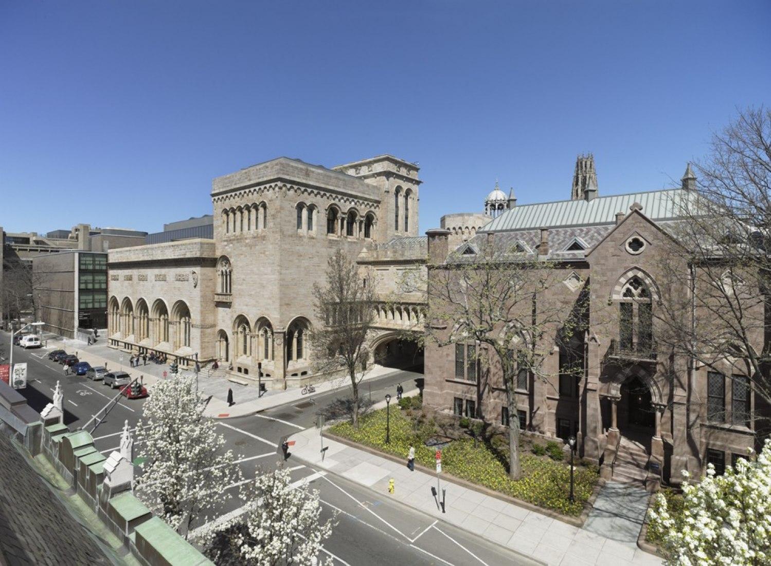 Yale University Art Gallery (de izq a derch: Edificio de Louis Kahn, el edificio de la Old Yale Art Gallery, Street Hall). Ampliación de la Yale University Art Gallery por Ennead Architects. Fotografía © Christopher Gardner.